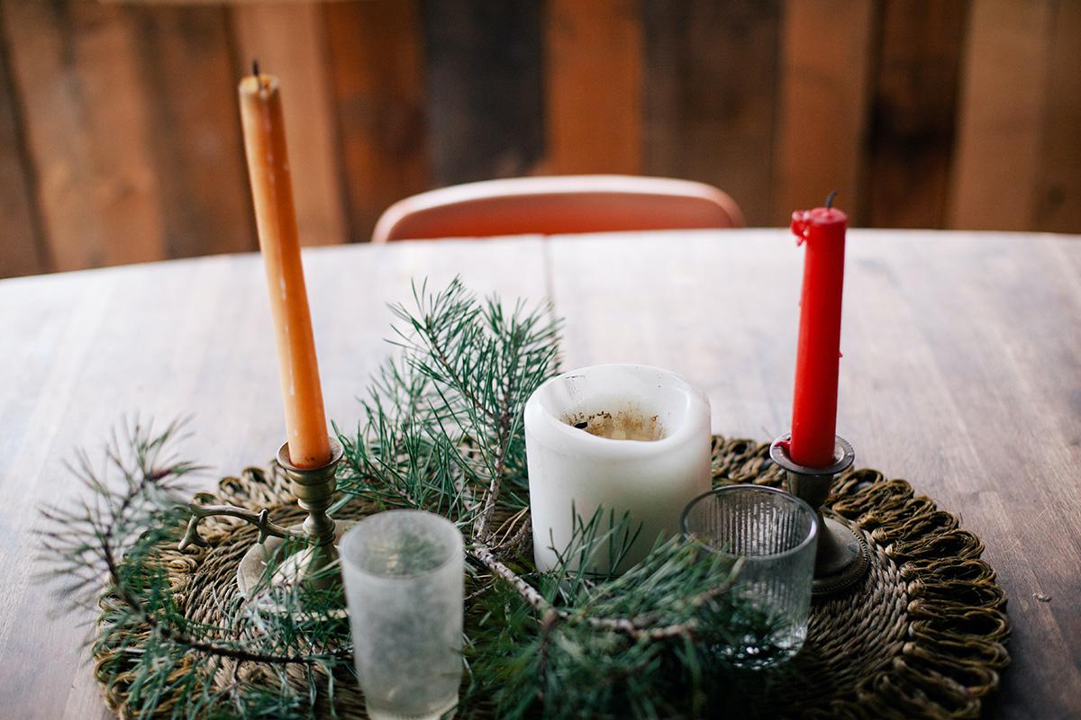 Kerststukje op lege kerstontbijt tafel