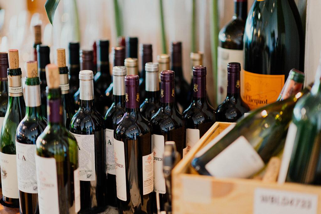 Een verzameling wijnflessen