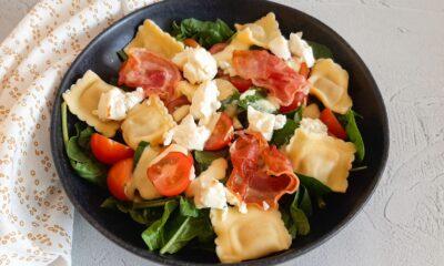 Raviolisalade met feta en spek