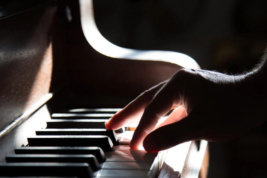 Iemand speelt muziek op de piano
